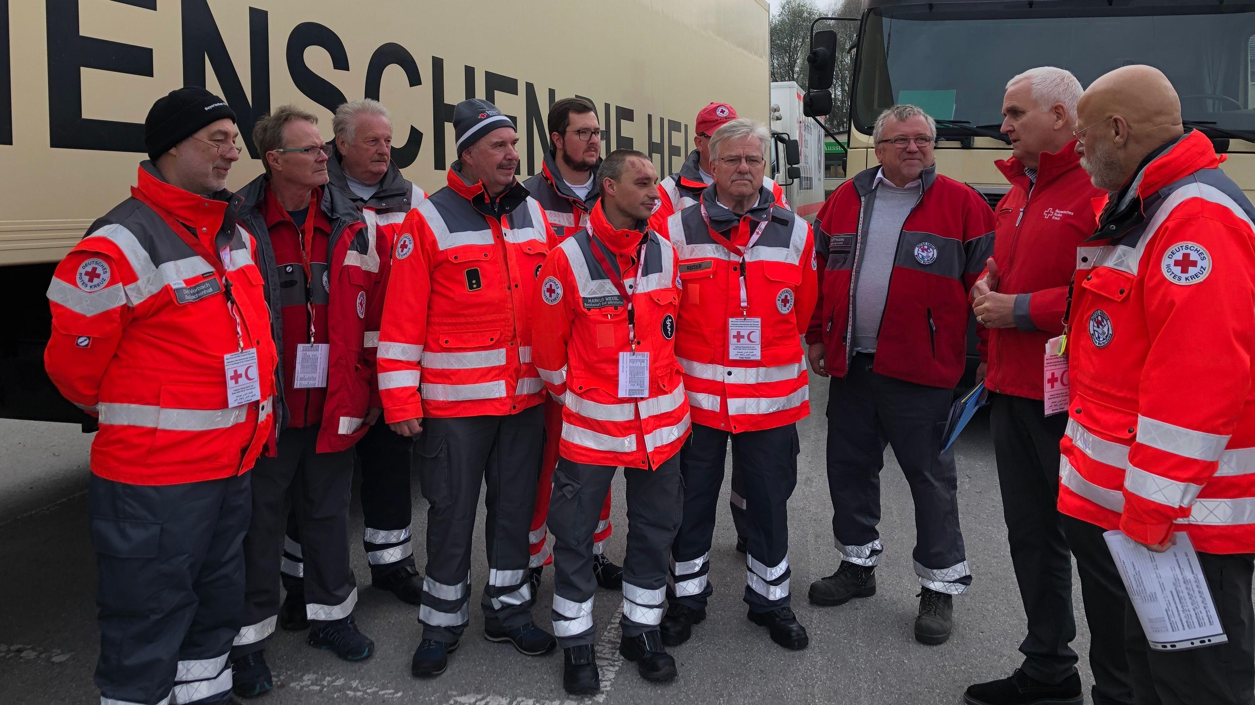Mitarbeiter des Bayerischen Roten Kreuzes besprechen sich für die Fahrt nach Bosnien.