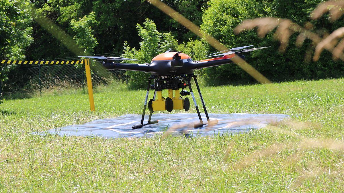 Die gelben Metallattrappen am Fluggerät werden später abgeworfen. Sie simulieren Suchroboter, die von der Drohne zum Einsatz geflogen werden.