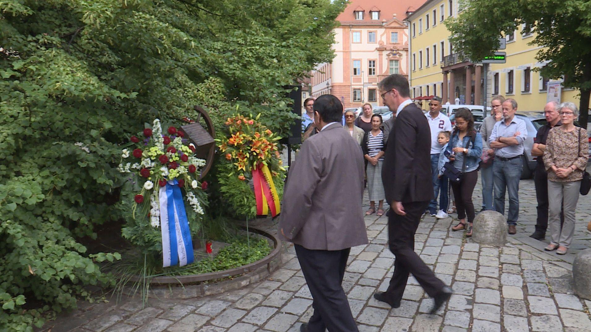 Kranzniederlegung in Würzburg zum Gedenken an die Ermordung von Sinti und Roma während der NS-Diktatur.