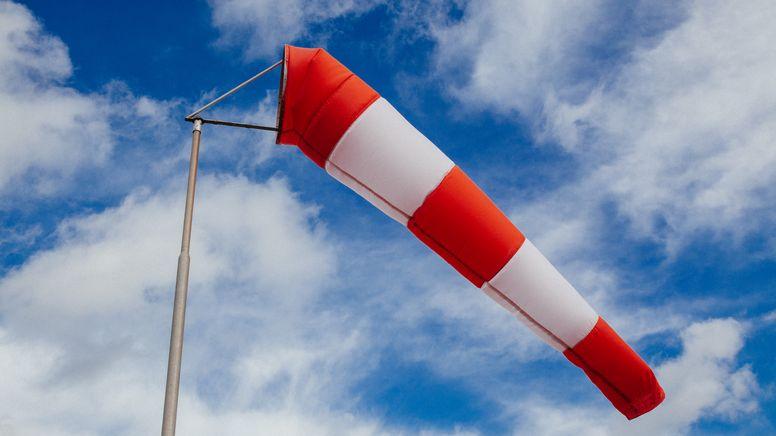 Ein Windsack weht im Wind   Bild:BR/Herbert Ebner