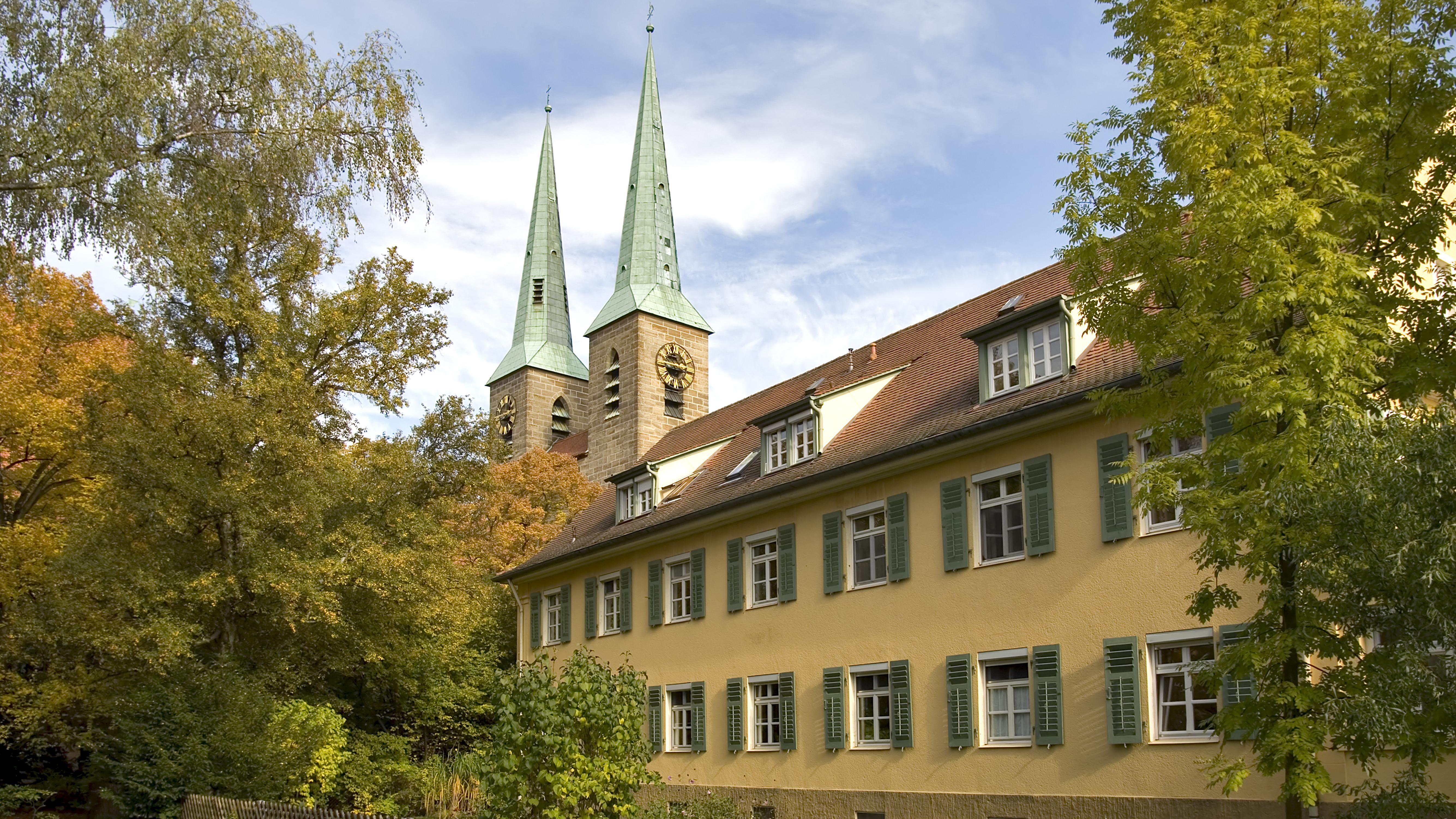 Gebäude und Kirche in der Diakonie und Mission Neündettelsau
