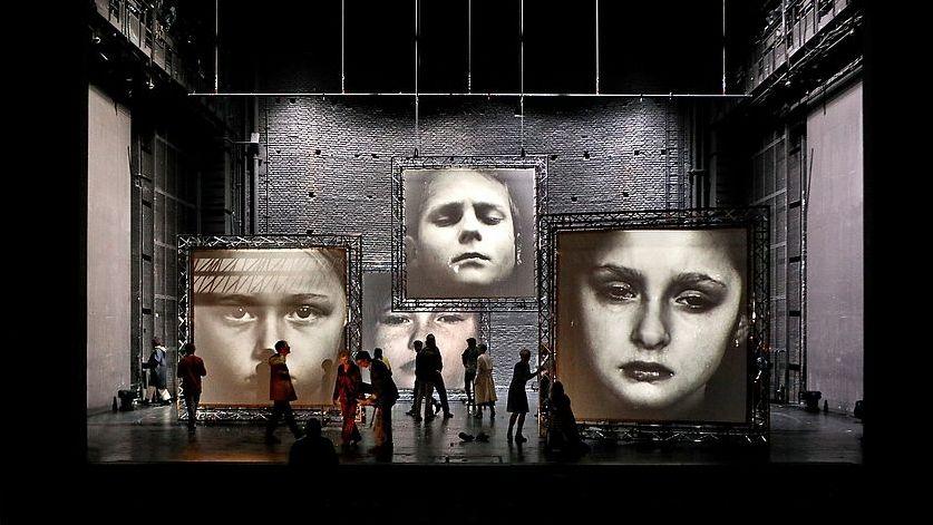 """Szene aus """"Dekalog"""" am Münchner Residenztheater"""
