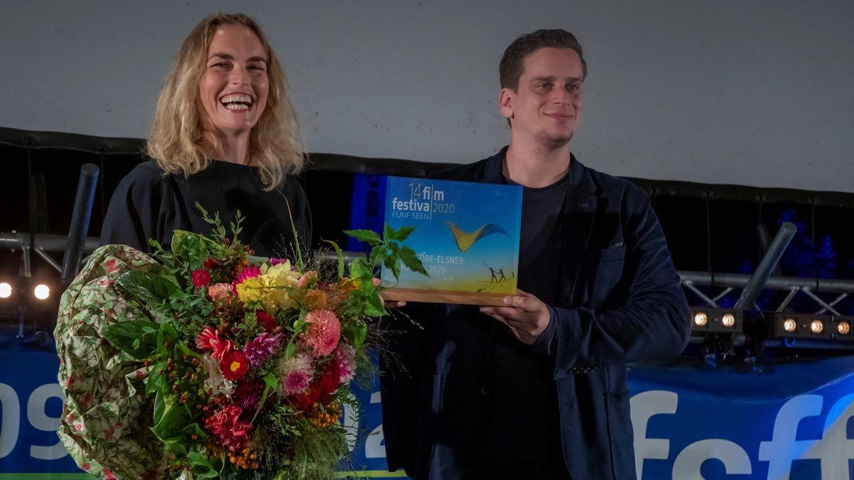 Das Fünf Seen Filmfestival ehrte in diesem Jahr Nina Hoss mit dem Hannelore-Elsner-Preis. Die Auszeichnung übergab Dominik Elsner, der Sohn der im April 2019 verstorbenen Hannelore Elsner.