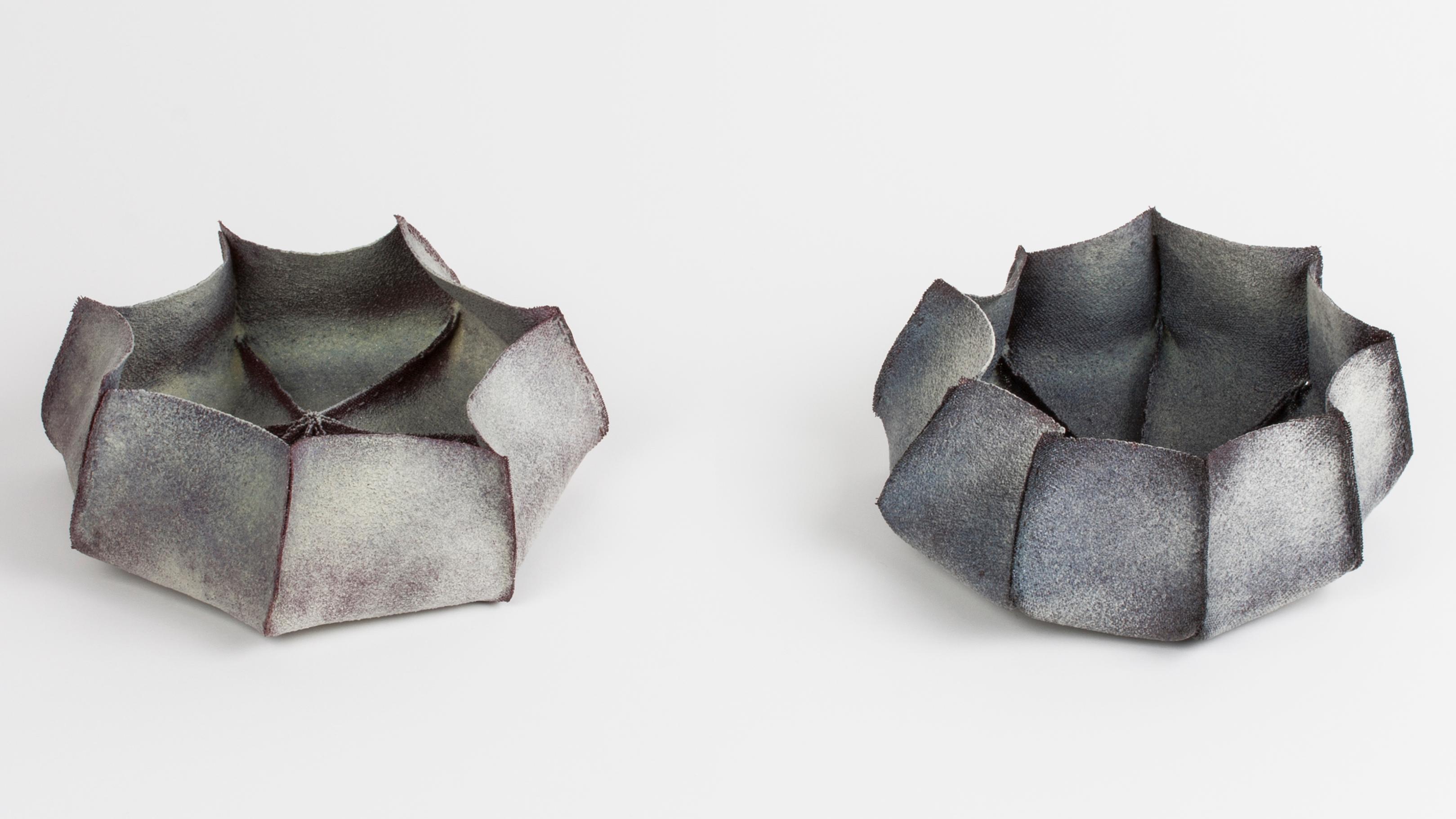 """zwei graue Schalen aus einzelnen Segmenten (Christine Graf, """"Polygone"""")"""