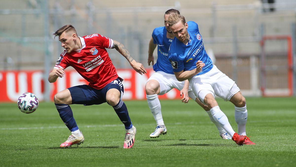 SpVgg Unterhaching vs. FC Hansa Rostock v. li. im Zweikampf  Niclas Stierlin (SpVgg Unterhaching) und Nils Butzen (FC Hansa Rostock)