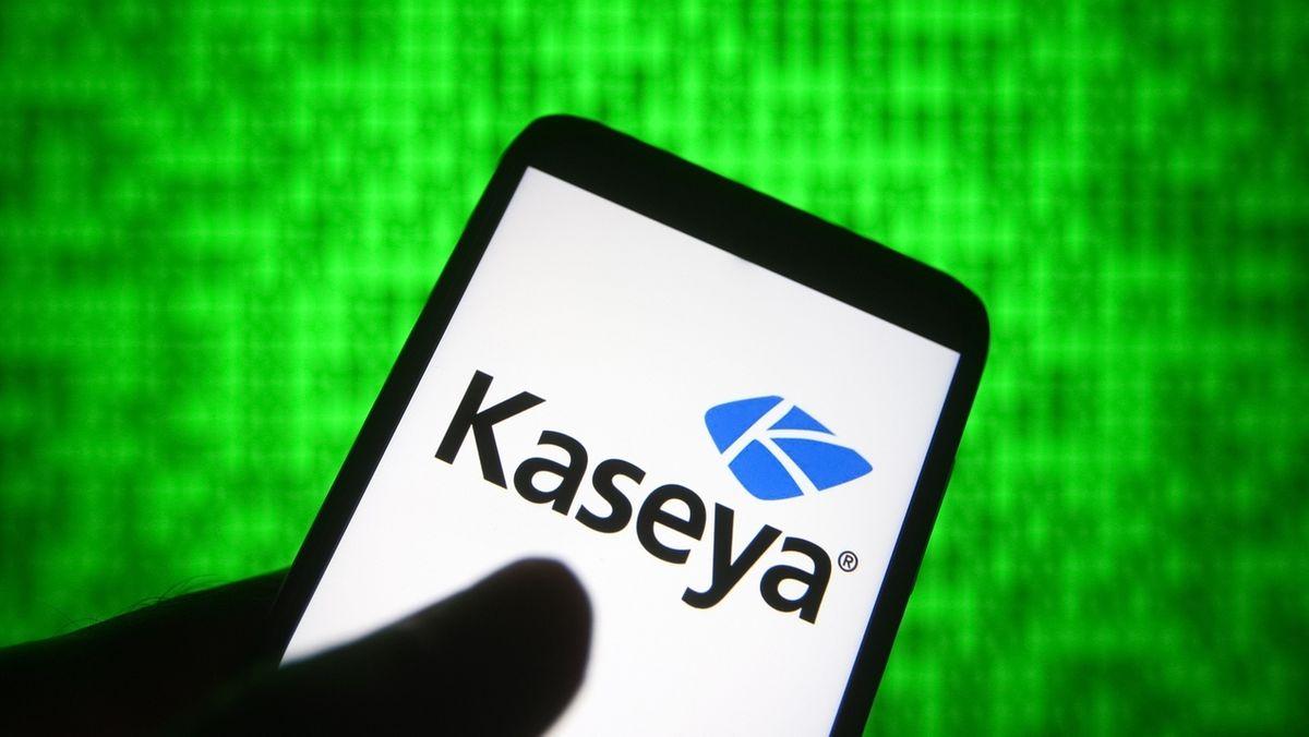 Auf einem Handy steht der Name des IT-Unternehmens Kaseya.
