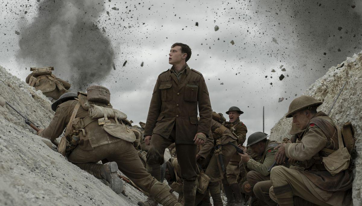 """Eine Gruppe von Soldaten des Ersten Weltkriegs wird im Schützengraben befeuert - Szenenbild aus Sam Mendes' Film """"1917"""" George Mackay als britischer Soldat in """"1917"""""""