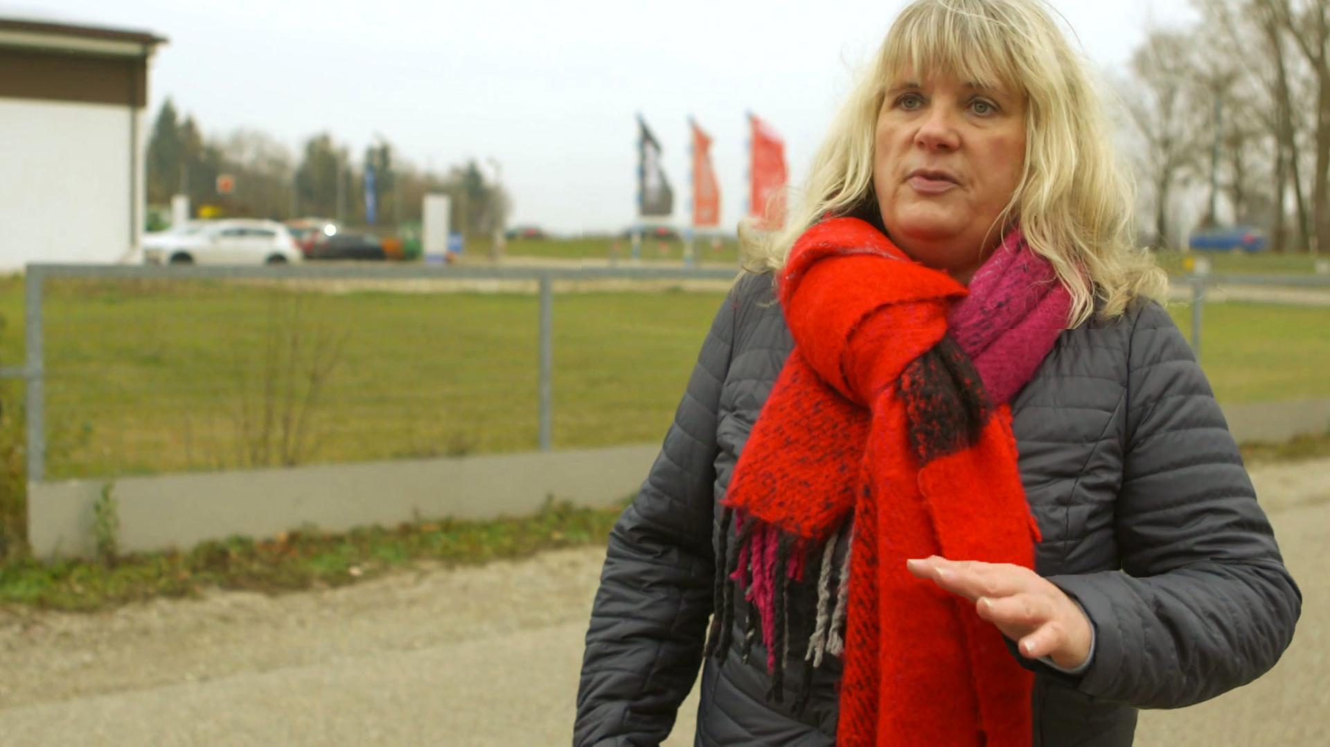 Silvia Weigl zeigt ihre lädierte linke Hand