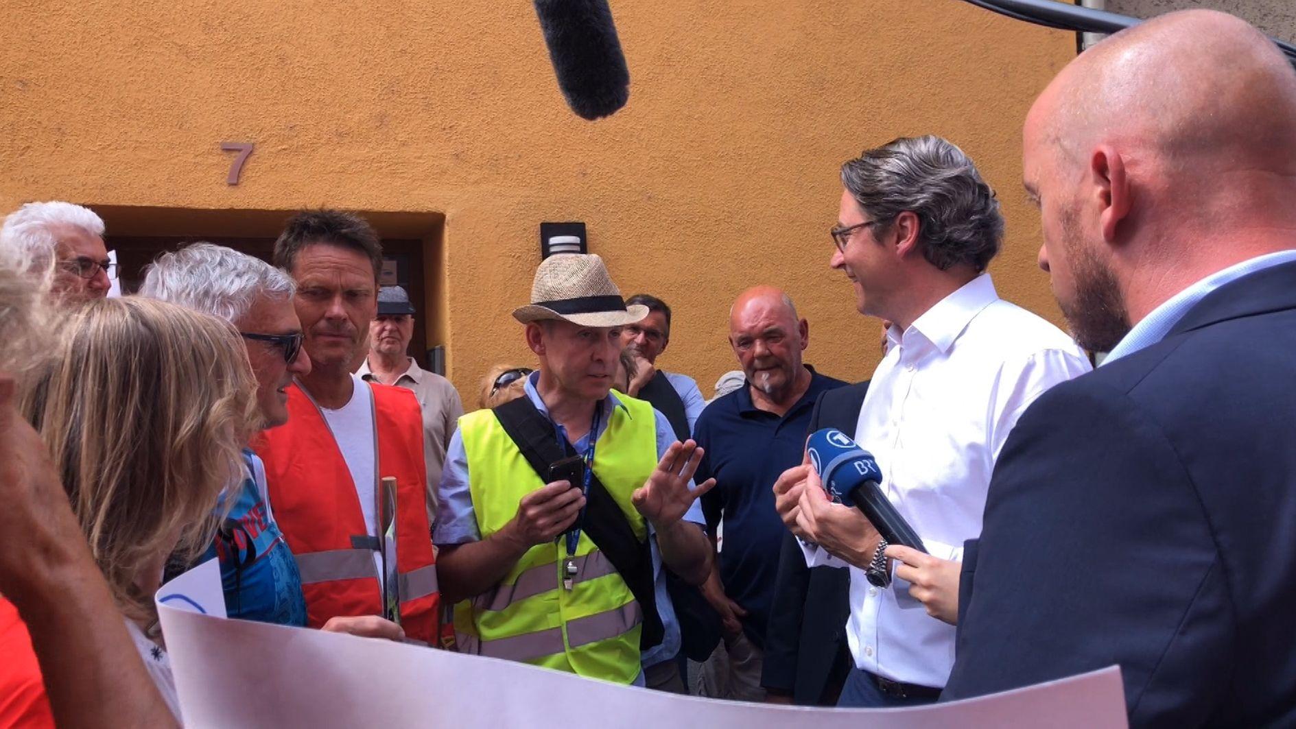 Bundesverkehrsminister Andreas Scheuer (2.v.r.) spricht mit Vertretern der Bürgerinitiativen.