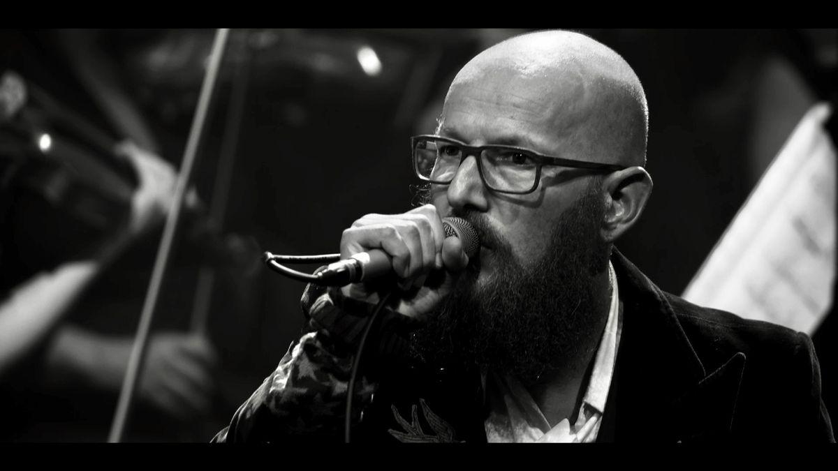 Der Musiker Sebastian Horn mit Gesangsmikrofon bei einem Auftritt