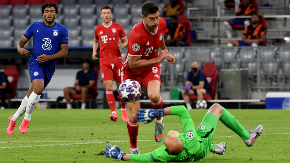 Vor dem 1:0: Chelsea-Torwart Willy Caballero kann Robert Lewandowski nur per Foul stoppen