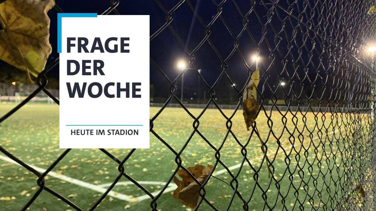 Zaun vor einem leeren Fußballplatz