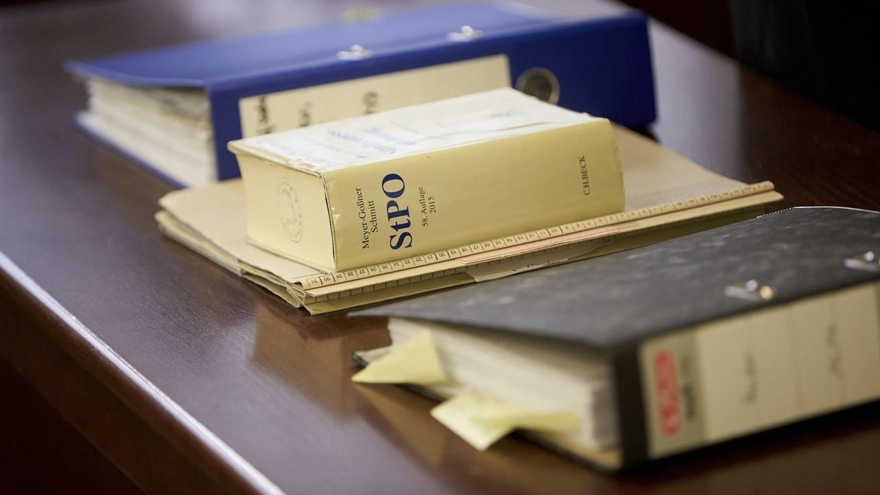 Geschlossene Unterlagen und die Strafprozessordnung auf einem Tisch