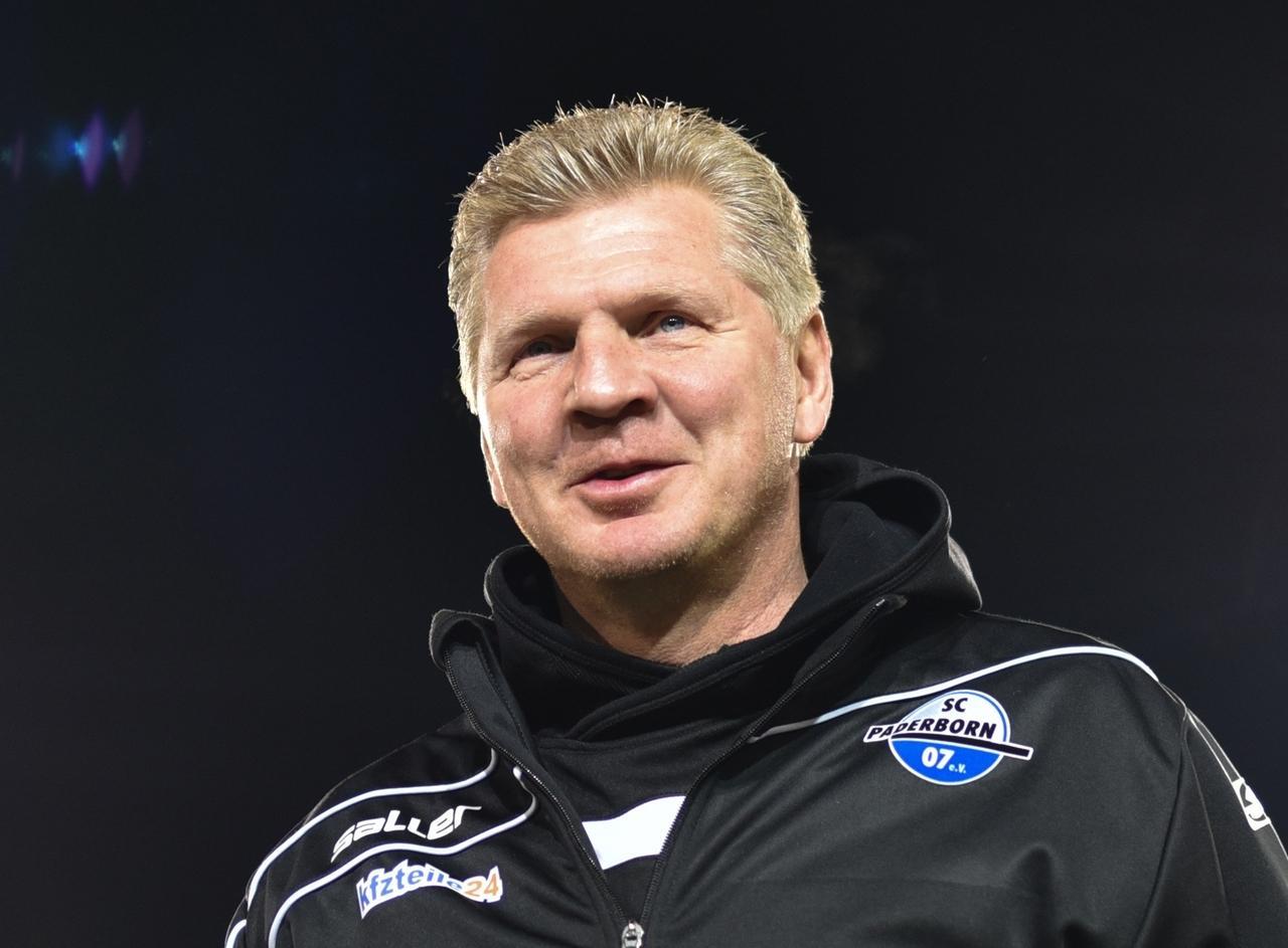 """ARCHIV - 05.02.2016, Sandhausen: Stefan Effenberg im Hardtwaldstadion. (zu """"Effenberg und Scholl verteidigen Löw - Kritik an Toni Kroos"""") Foto: Uwe Anspach/dpa +++ dpa-Bildfunk +++"""