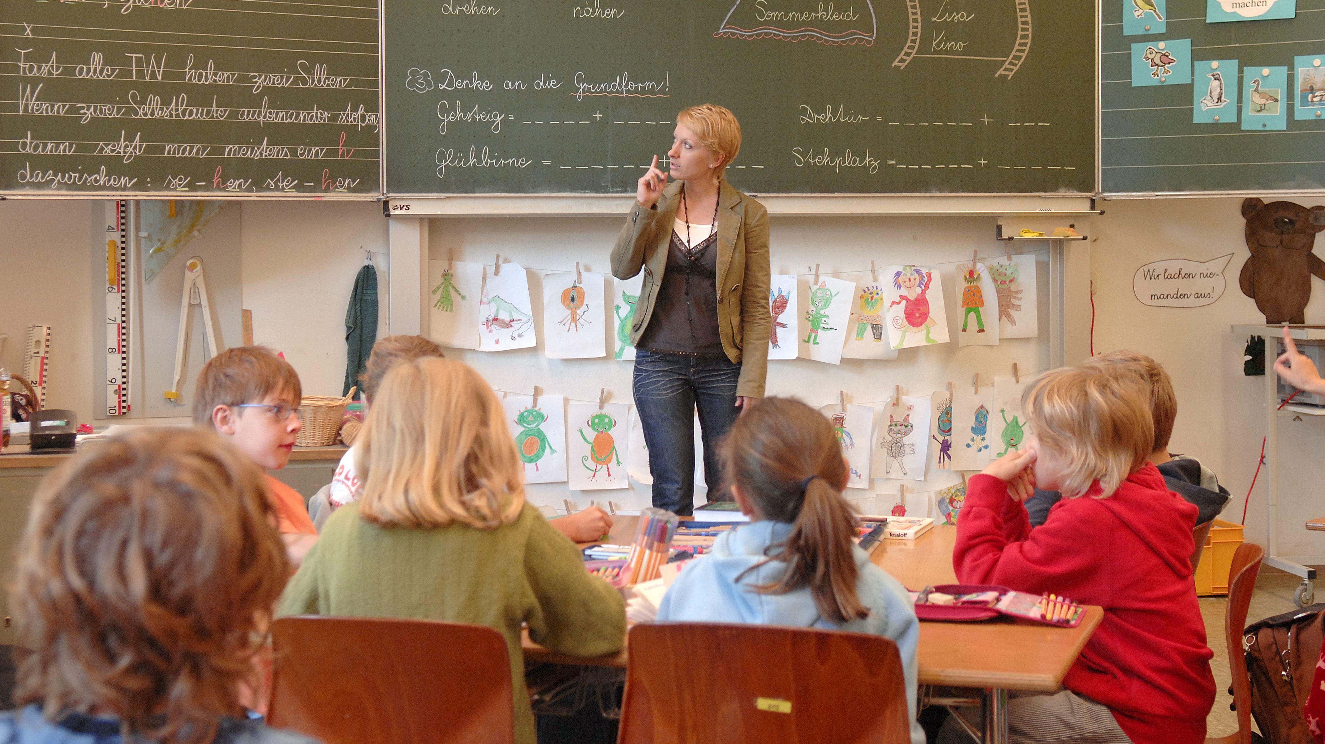 Symbolbild: Eine Lehrerin in einer Münchner Grundschule