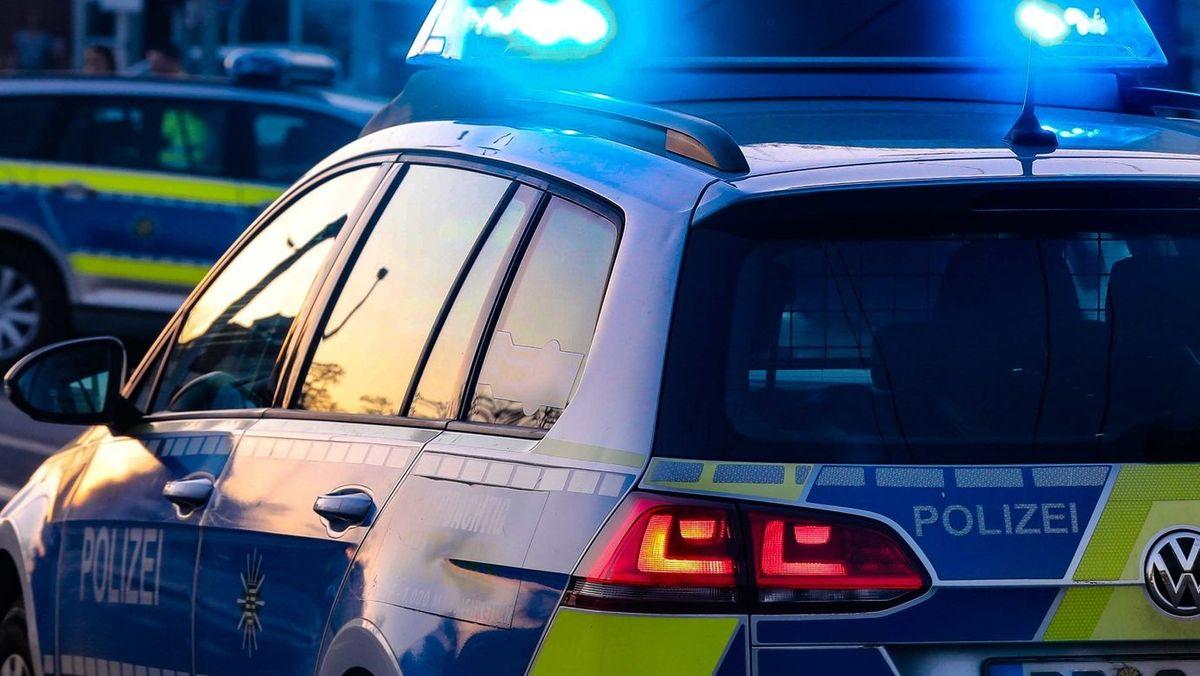 Streifenwagen der Polizei mit angeschaltetem Blaulicht.