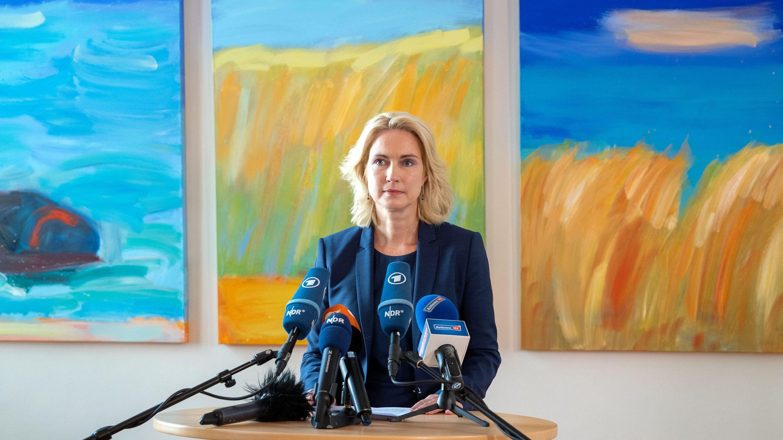 Die Ministerpräsidentin von Mecklenburg-Vorpommern, Manuela Schwesig, bei der Pressekonferenz