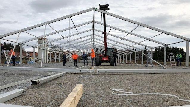 Aufbauarbeiten der Eishalle für die erste Eisstock-WM in Regen