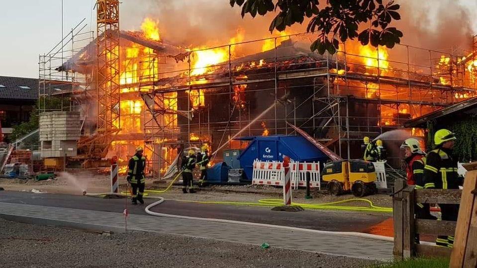 Feuerwehr löscht Brand eines Neubaukomplexes in Oberaudorf.