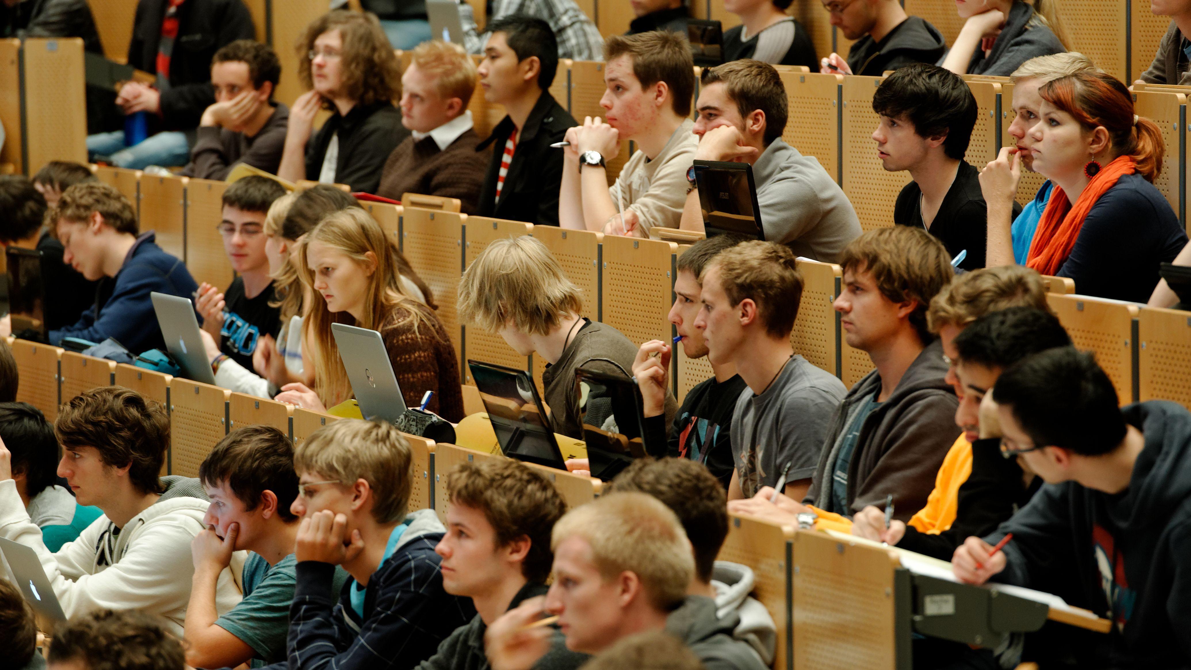 Studierende verfolgen eine Vorlesung.