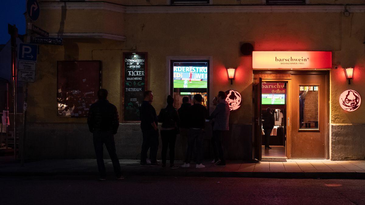 Menschen vor einer Kneipe in München