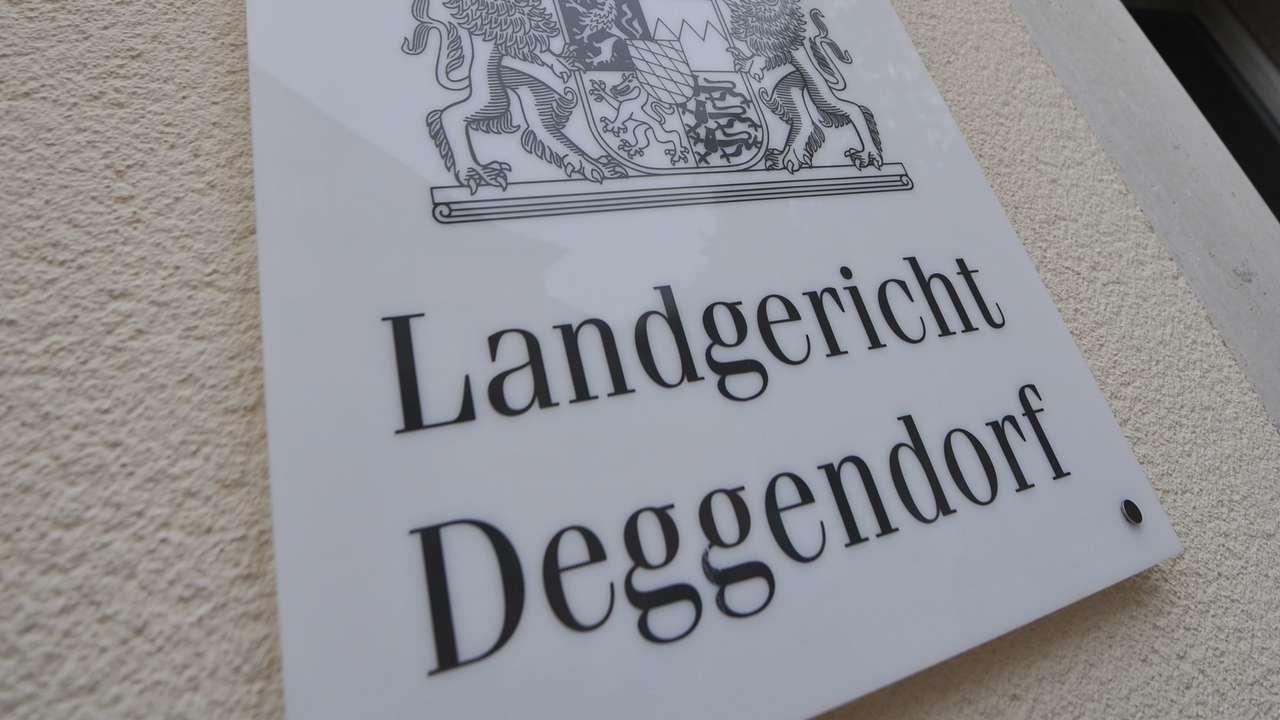 Ein Schild vor dem Landgericht Deggendorf.