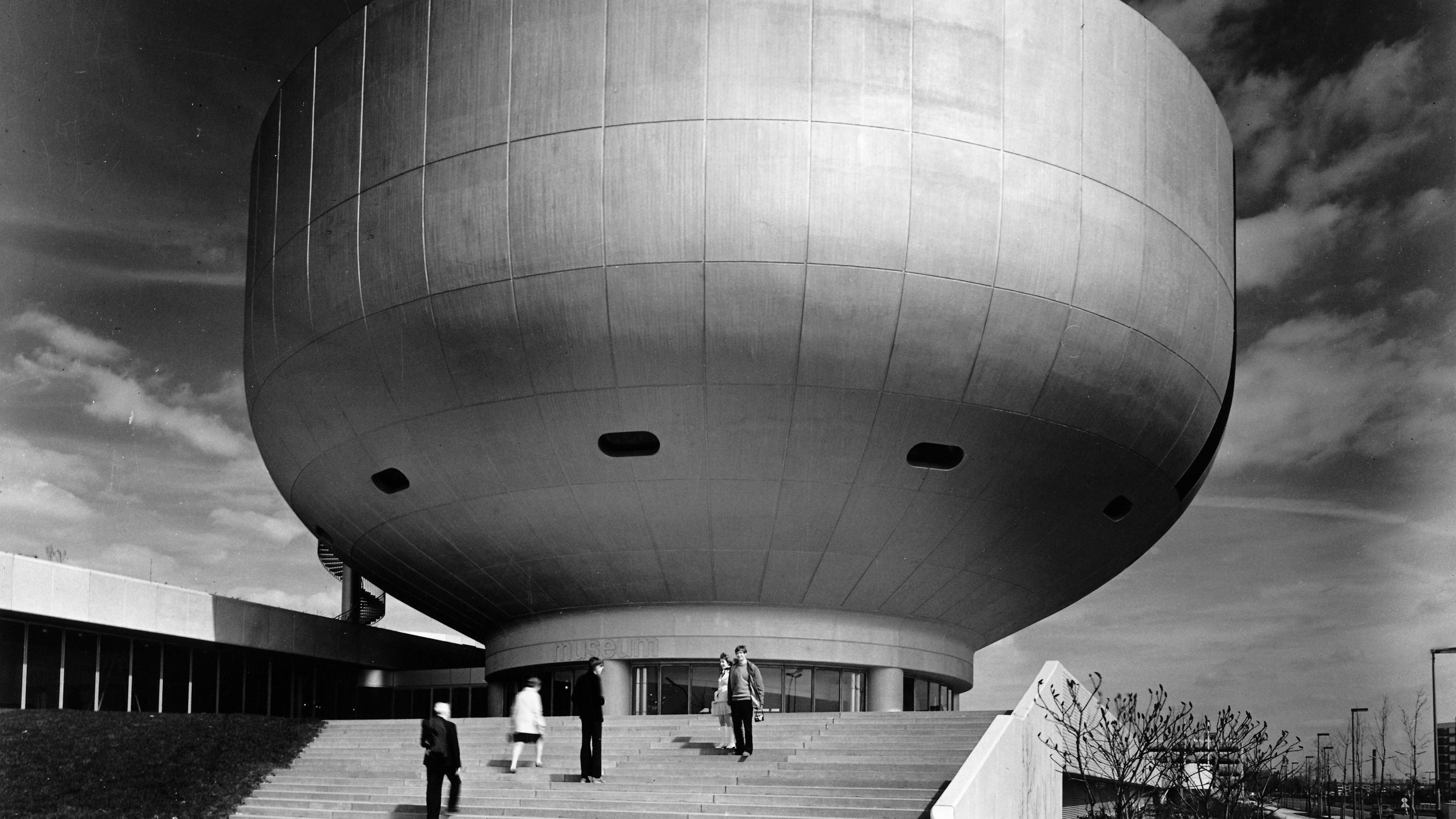 Untersicht unter ein pilzartiges Gebäude (BMW-Hauptverwaltung München, Karl Schanzer), 1972
