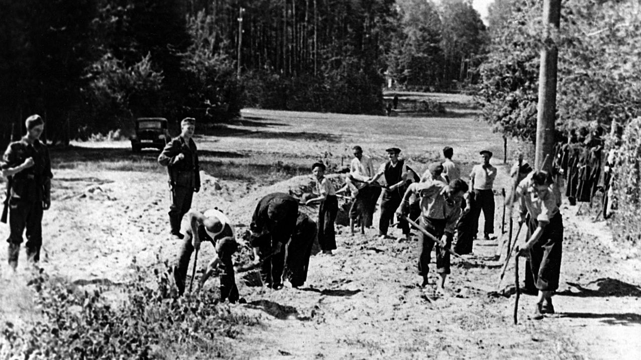 Jüdische Zwangsarbeiter beim Straßenbau in Polen während der deutschen Besatzung