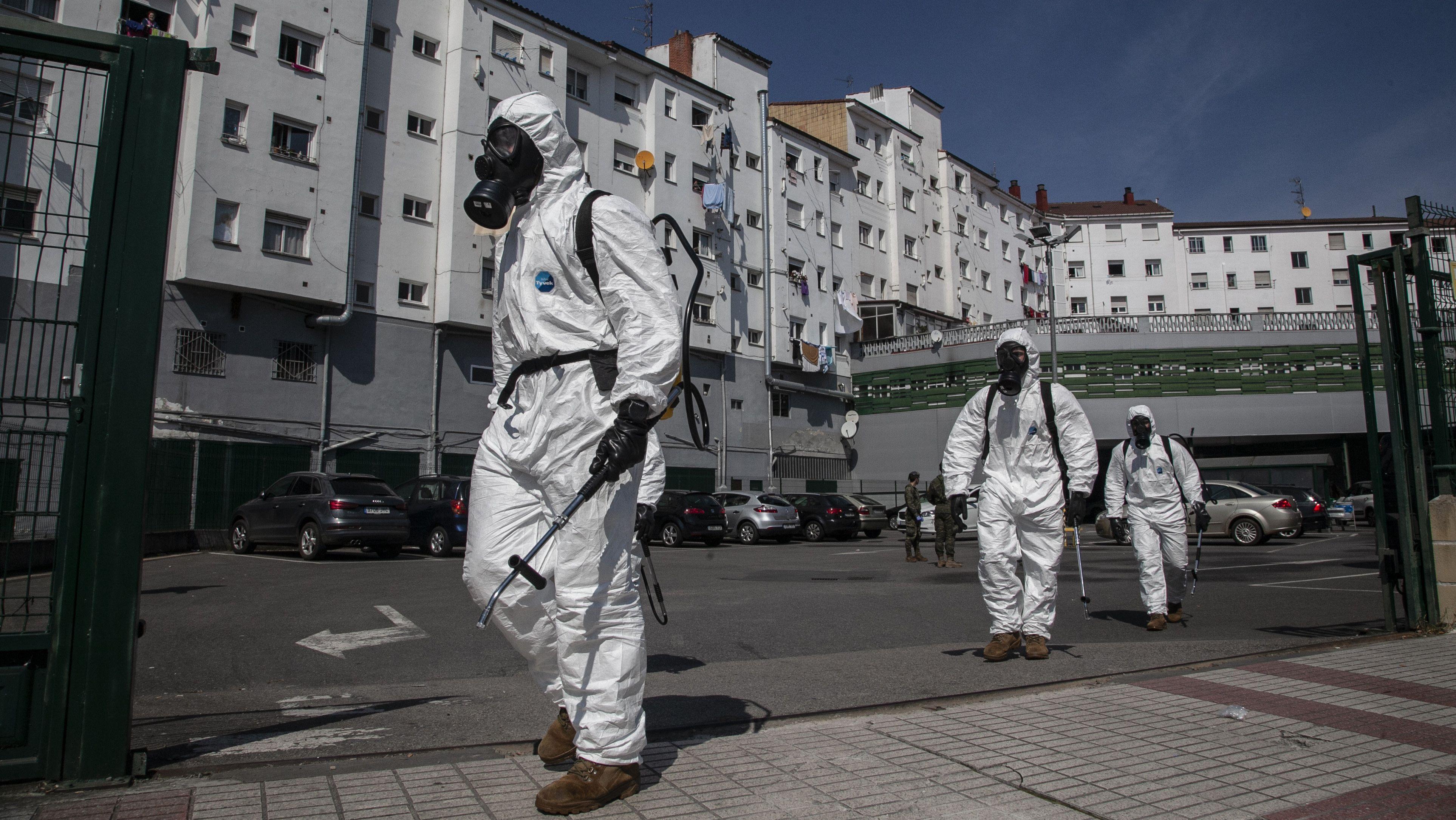 Das spanische Militär übernimmt die Desinfektionsarbeiten in allen öffentlichen medizinischen Einrichtungen.