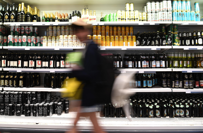 Bayern, München: Getränke stehen im Gastrobereich in der Haupthalle des Hauptbahnhof in einem Kühlregal.