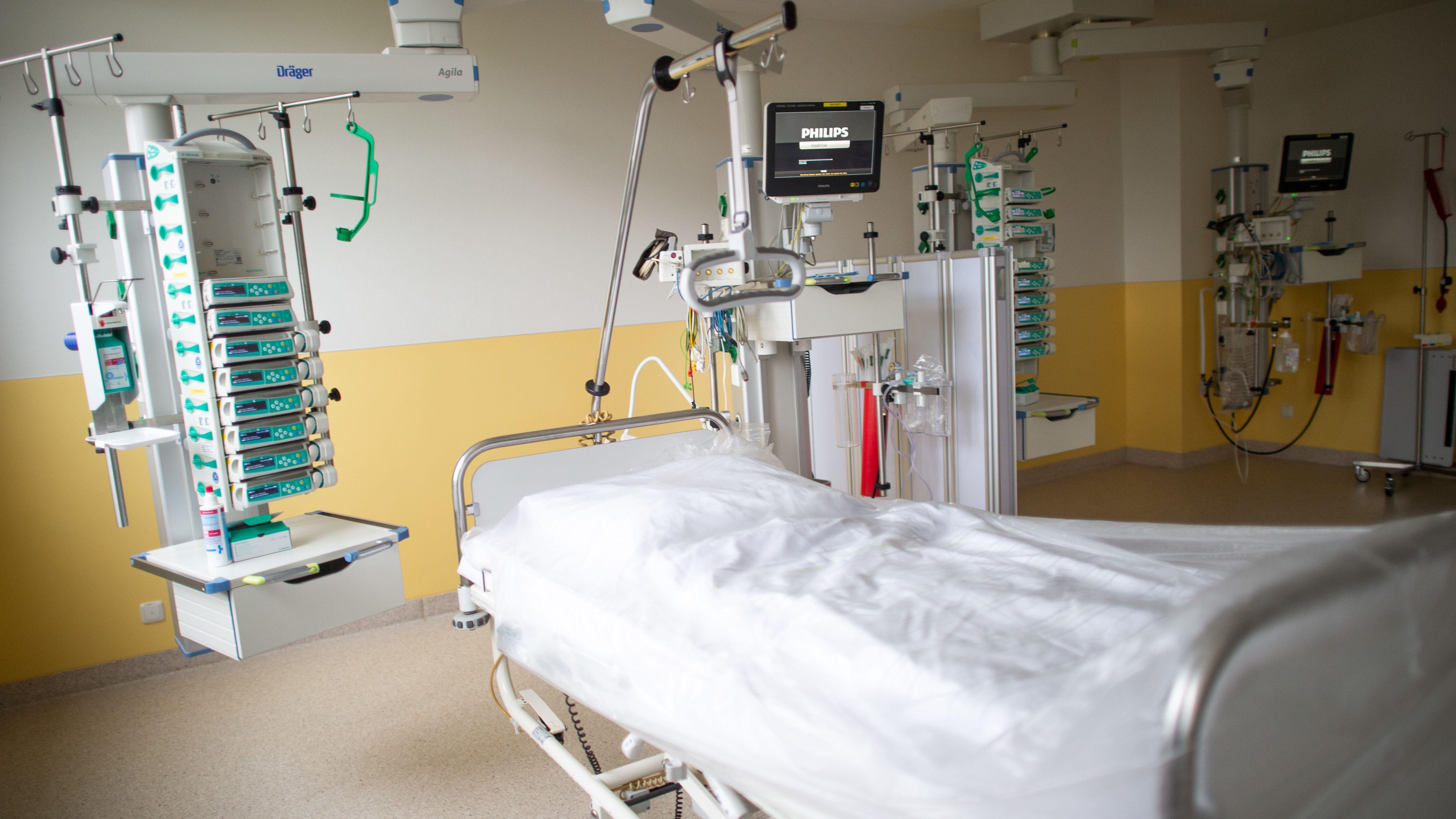 Leeres Bett auf einer Intensivstation