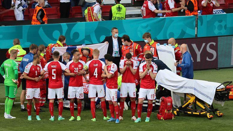 Dänische Spieler bilden einen Sichtschutz für die Behandlung von Christian Eriksen | Bild:picture alliance / ASSOCIATED PRESS | Wolfgang Rattay