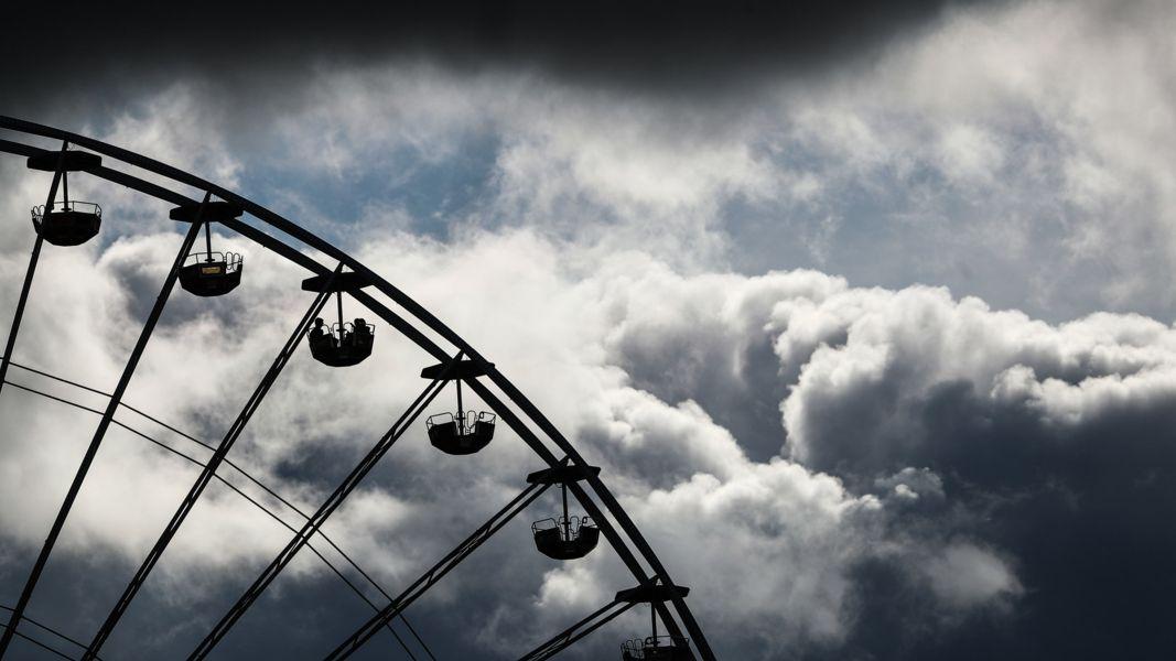 Gewitterwolken hinter einem Riesenrad (Symbolbild)