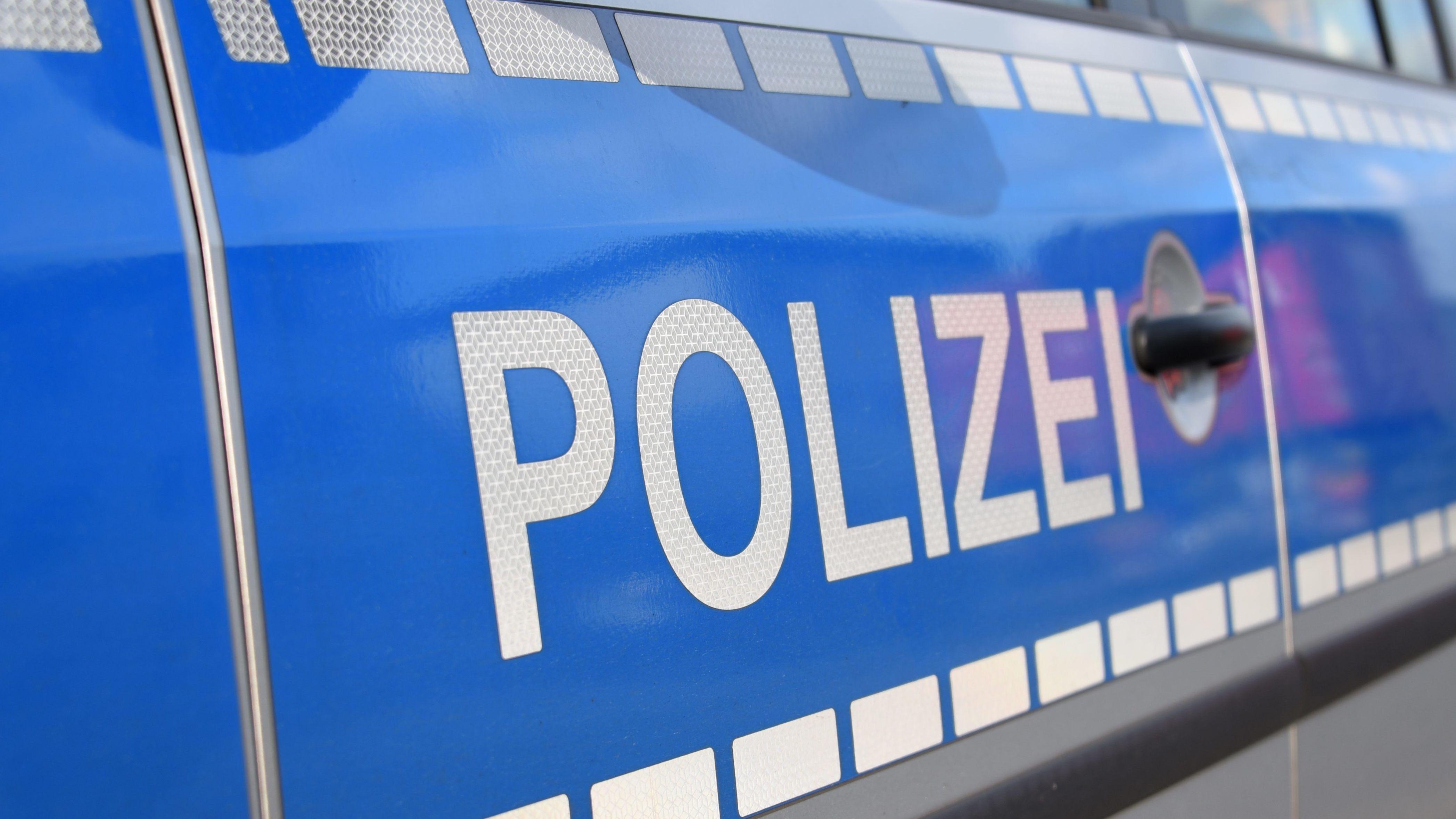 Aufschrift Polizei auf Polizeiauto