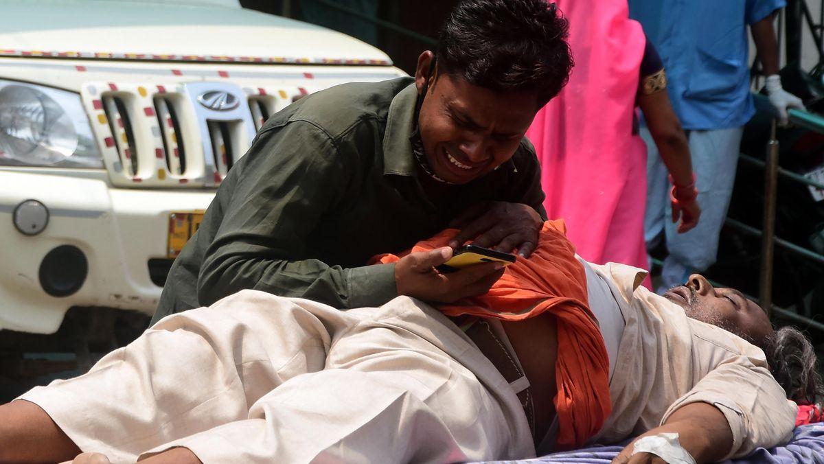 Ein Mann in Prayagraj im nordöstlichen Indien betrauert den Tod eines Angehörigen (2.5.2021).