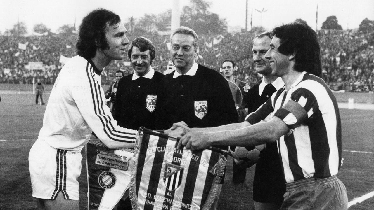 Wimpeltausch vor dem Europapokal-Finale 1974 zwischen FC Bayern München gegen Atlético Madrid