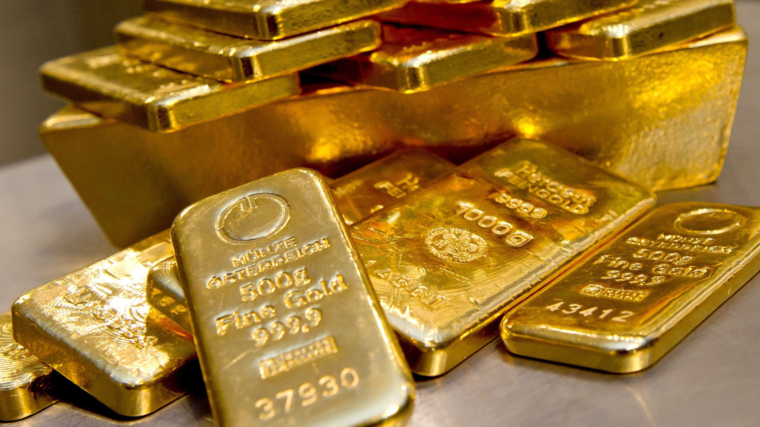 Goldbarren in unterschiedlicher Größe liegen bei einem Goldhändler in einem Tresor. Der Höhenflug beim Goldpreis geht weiter.