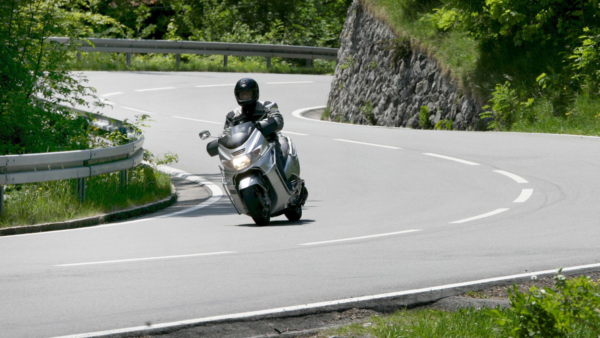 Ein Motorradfahrer auf der B11 am Kesselberg - Symbolbild