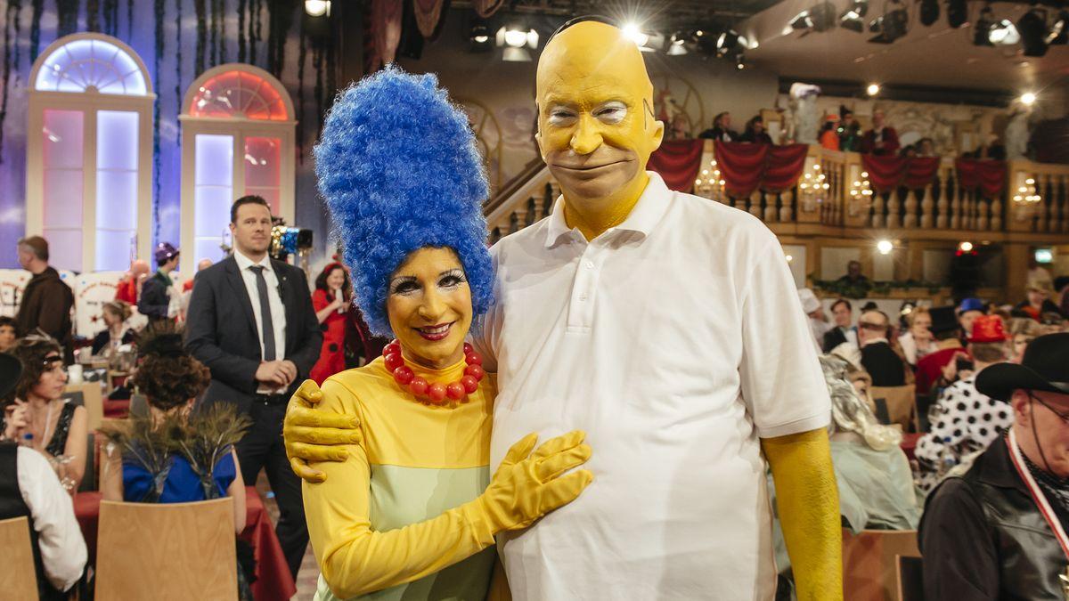 Markus Söder und seine Ehefrau verkleidet als Marge und Homer SImpson