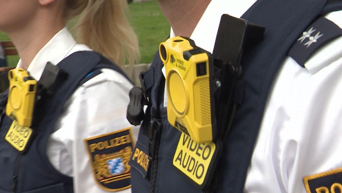 Zwei Polizeibeamte mit Bodycams
