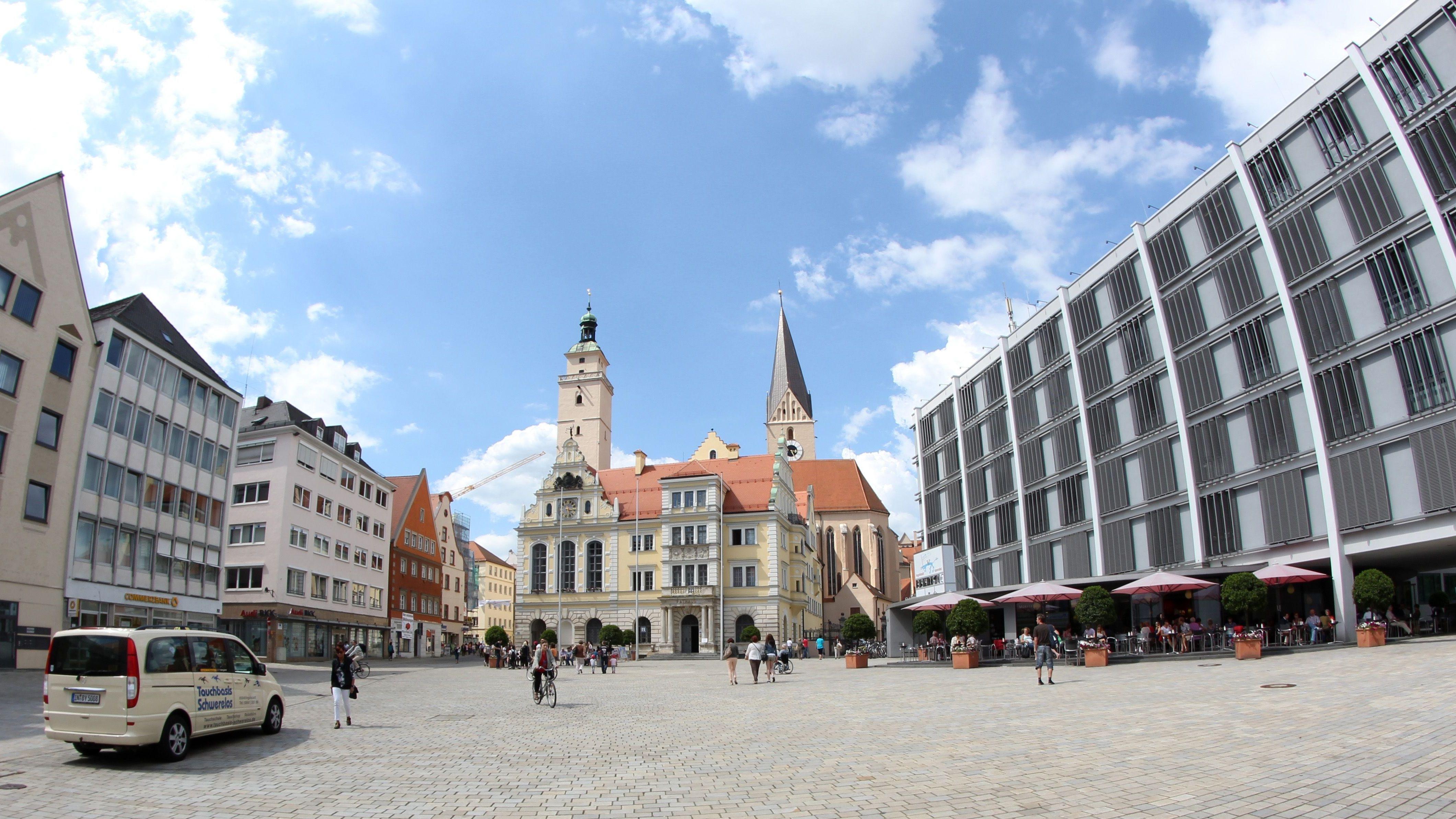 Rathausplatz mit Altem und Neuem Rathaus in Ingolstadt