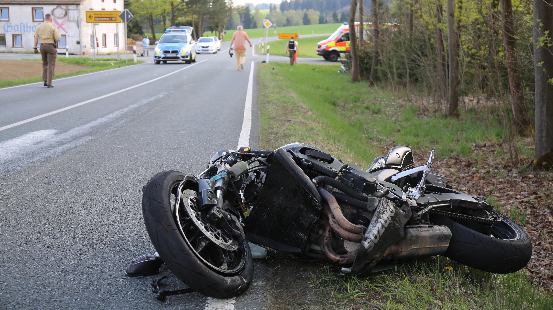 Nach einem Unfall bei Münchberg (Lkr. Hof) liegt ein demoliertes Motorrad am Straßenrand.
