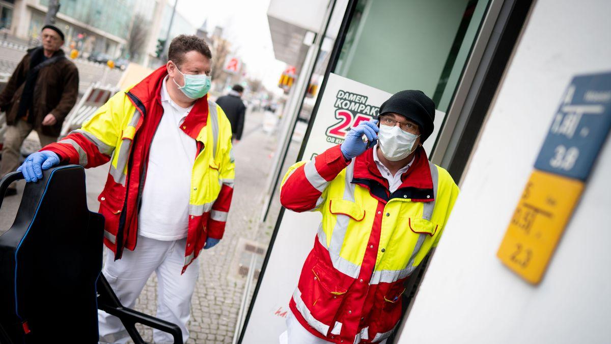Rettungsdienst mit Schutzmasken