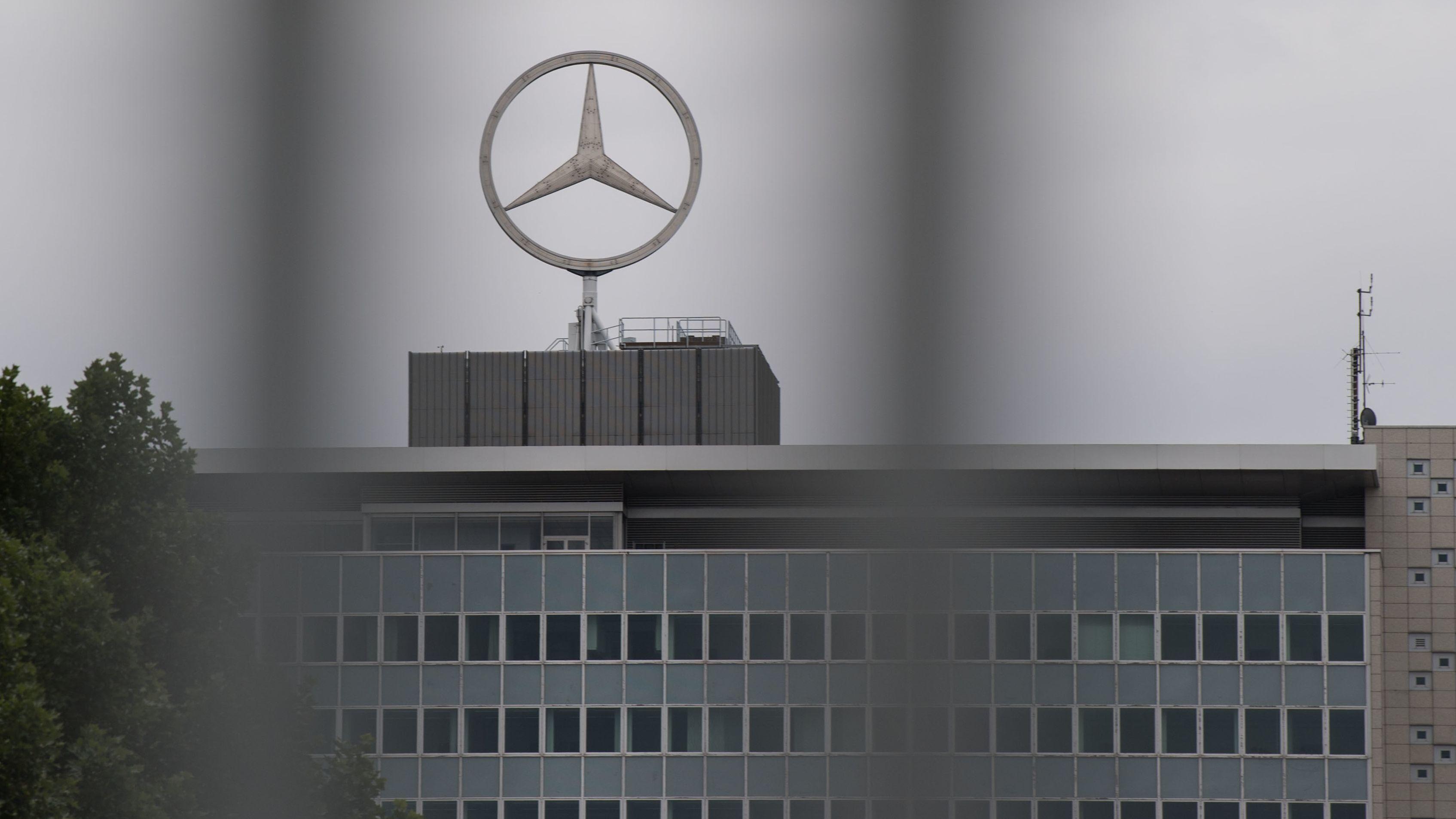 Das Logo der Automarke Mercedes-Benz  ist auf einem Gebäude des Werks Untertürkheim zu sehen.