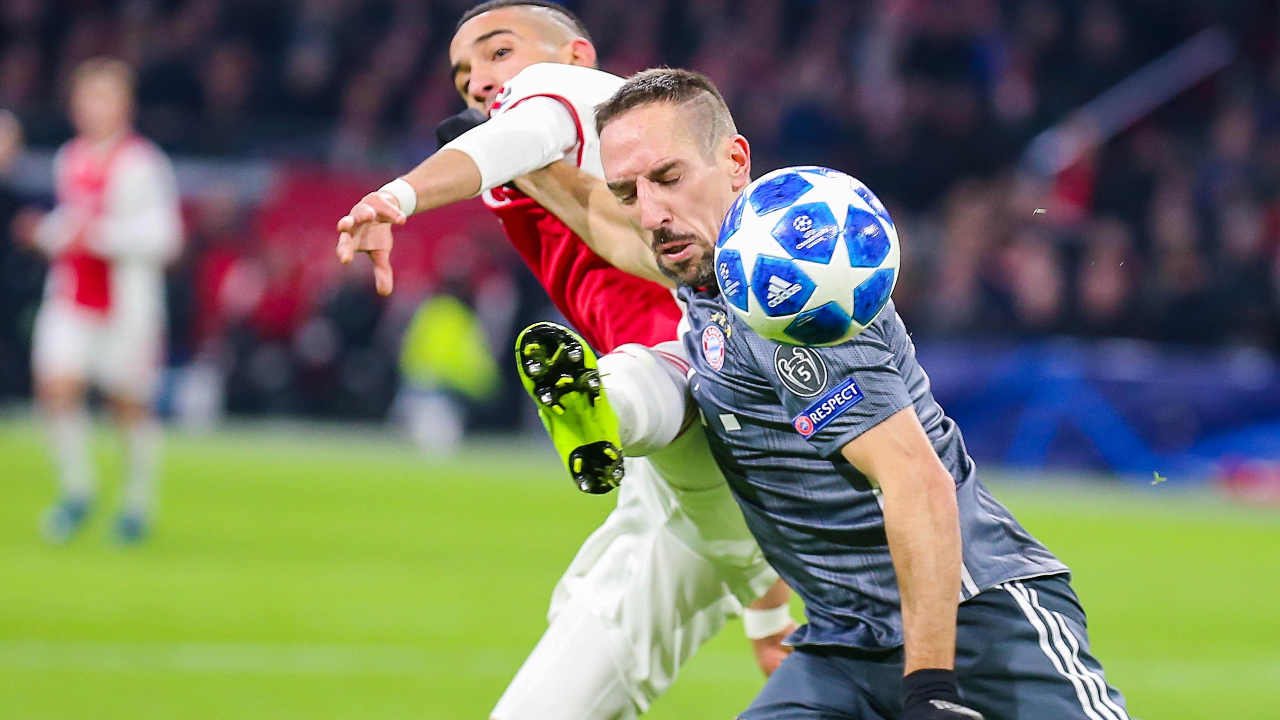 Bayerns Franck Ribery (r.) im Duell mit Hakim Ziyech