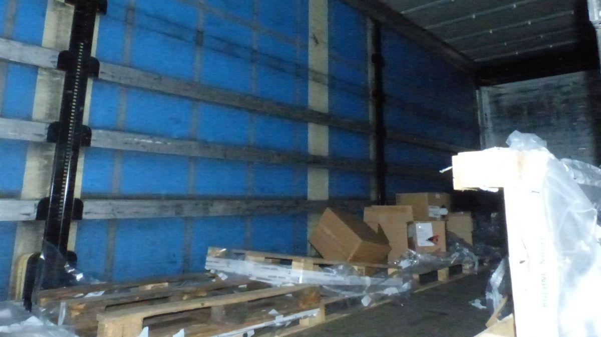 Der fast vollständig leer geräumte Innenraum des Lkw