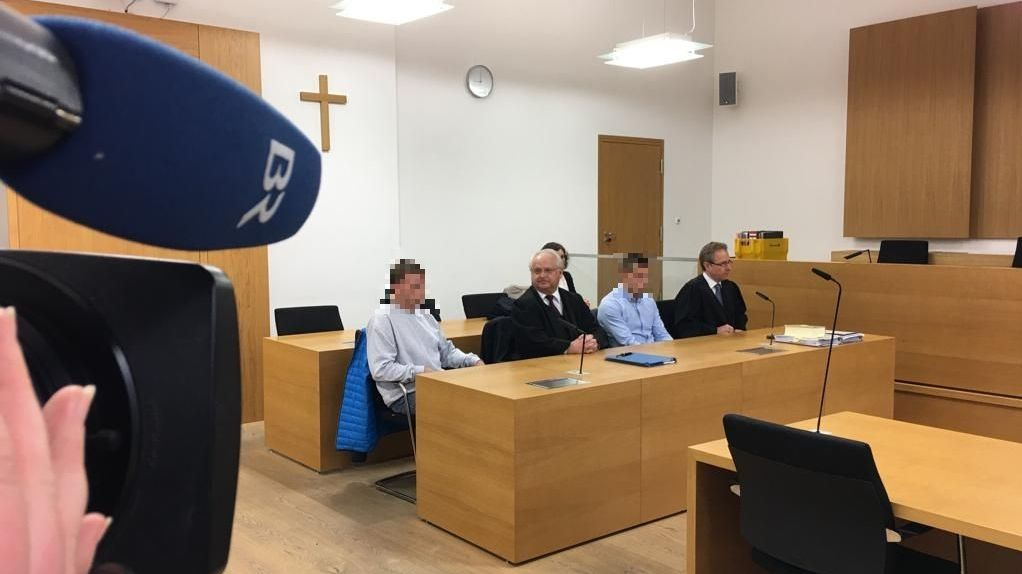 Die Angeklagten und ihre Anwälte am Tag der Urteilsverkündung im Gerichtssaal in Deggendorf