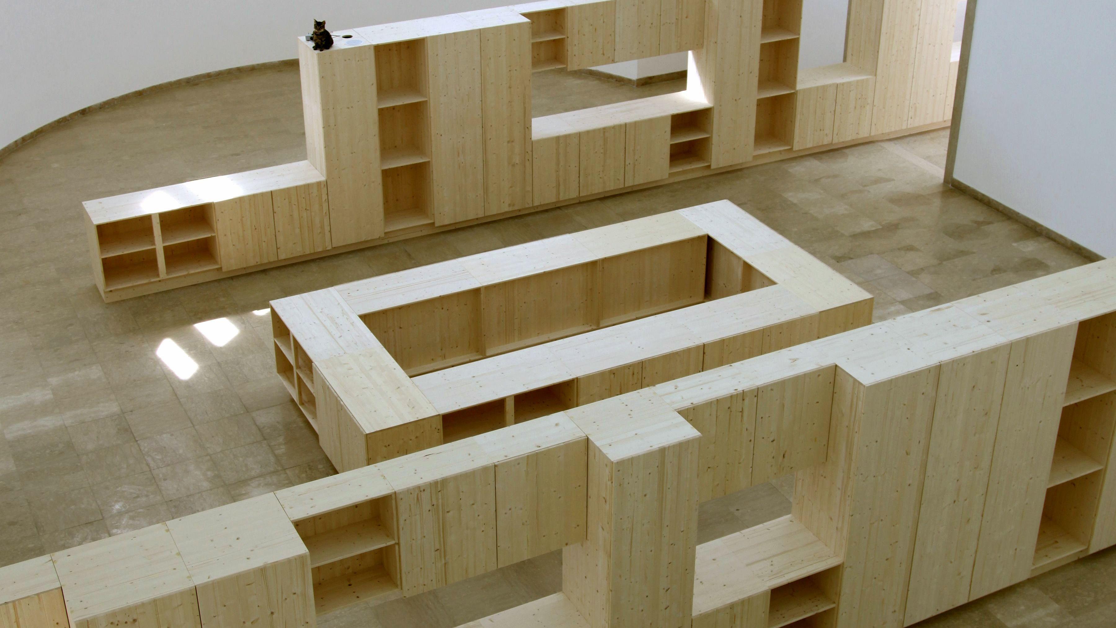 Deutscher Pavillon 2009: Liam Gillick baut die Halle mit schlichten Einbaumöbeln zu. Eine sprechende Katze verrät, dass auch er auf Humor setzt.