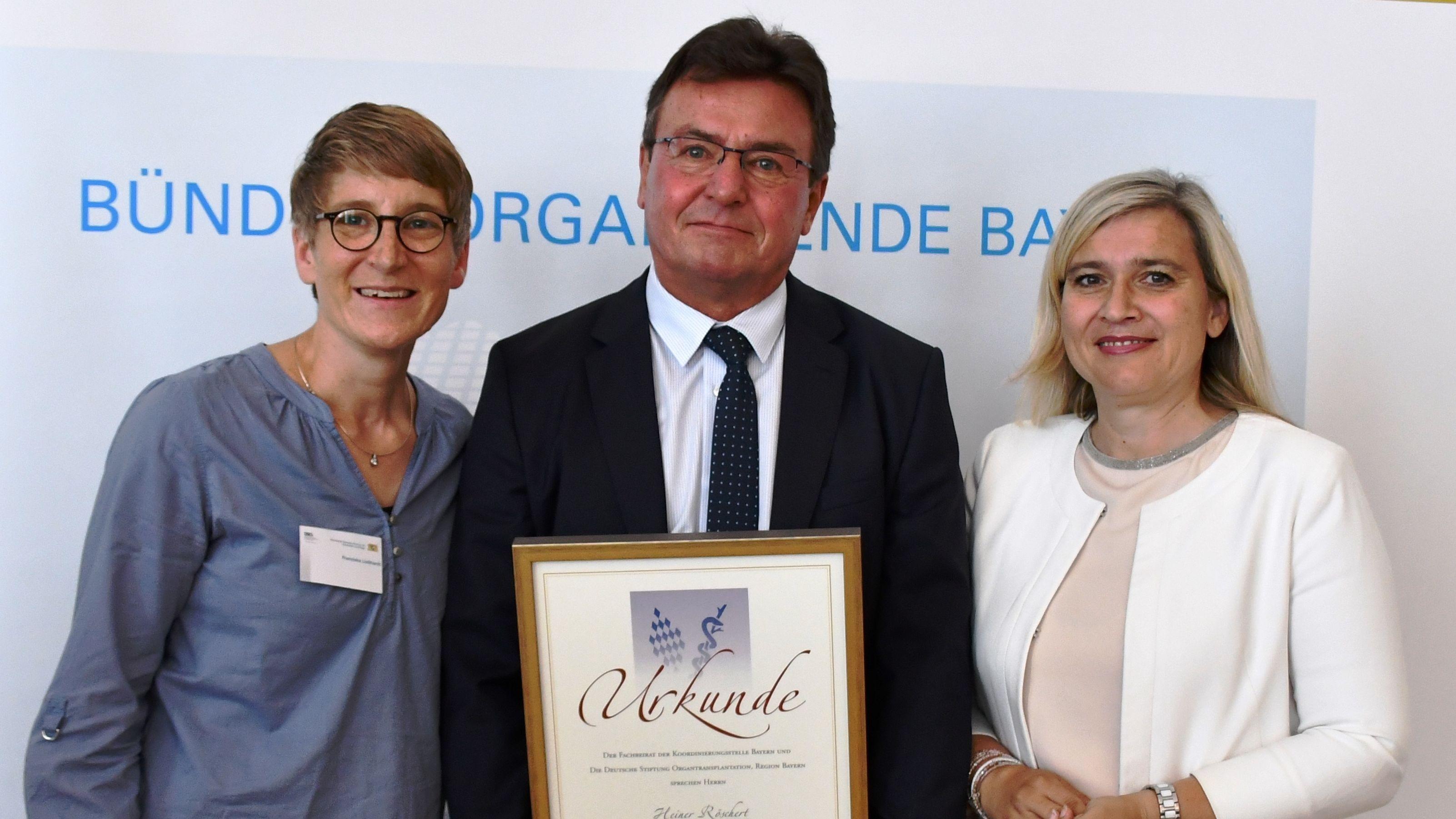 Heiner Röschert bei der Verleihung mit Bayerns Gesundheitsministerin Melanie Huml (rechts) und Paralympics-Siegerin Franziska Liebhardt (links).