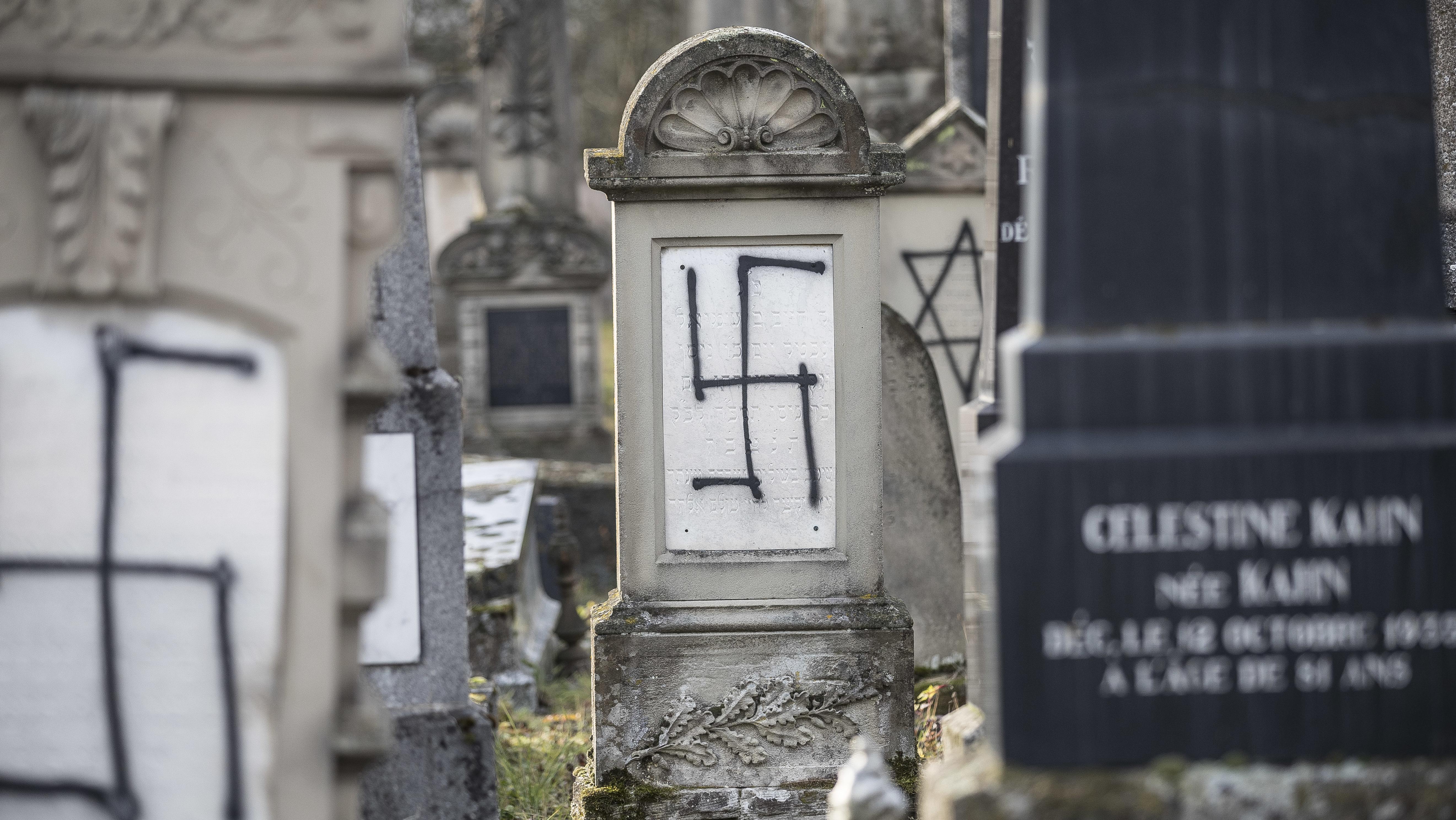 Krasses Beispiel für Antisemitismus. Friedhof von Herrlisheim bei Straßburg im Elsass. Hier wurden Grabsteine mit Hakenkreuzen beschmiert.